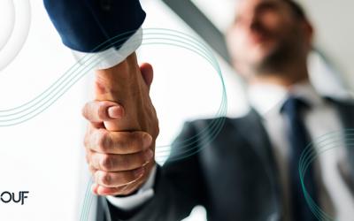 empresários aperto de mão ao contratar consultoria financeira