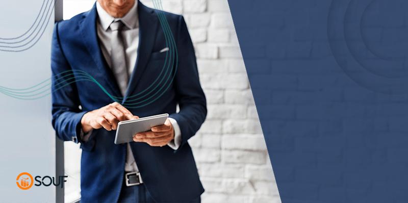 Empresário com tablet verificando lista sobre como reduzir custos fixos